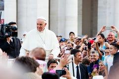 Papa en la muchedumbre en San Pedro Fotografía de archivo