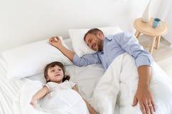 Papa en meisje de dochter brengt samen thuis tijd door stock foto
