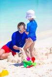 Papa en meisje het spelen met strandspeelgoed  Royalty-vrije Stock Afbeeldingen