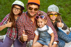 Papa en zijn 3 dochters Stock Foto's
