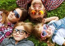 Papa en zijn 3 dochters Royalty-vrije Stock Foto's