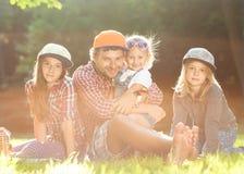 Papa en zijn 3 dochters Stock Foto