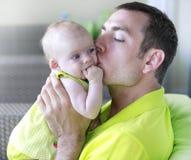 Papa en zijn klein babymeisje Stock Afbeelding