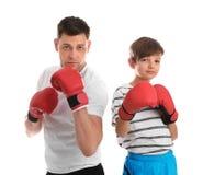 Papa en zijn zoon met bokshandschoenen stock afbeeldingen