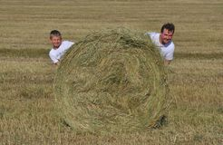 Papa en zoon dichtbij hooiberg Royalty-vrije Stock Fotografie