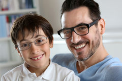 Papa en zoon met glazen Royalty-vrije Stock Foto