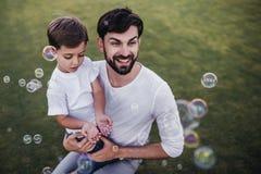 Papa en zoon in openlucht stock afbeeldingen