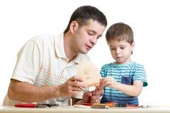 Papa en zoons het jonge geitje maakt het nestelen doos royalty-vrije stock afbeeldingen
