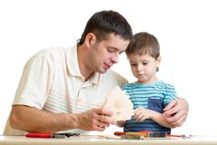 Papa en zoons het jonge geitje onderwijst de bouw het nestelen doos stock afbeeldingen