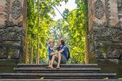 Papa en zoonsreizigers die Ubud-bos in Aapbos ontdekken, Bali Indonesië Het reizen met kinderenconcept royalty-vrije stock foto