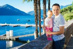 Papa et bébé dehors Photo stock