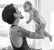 Papa et bébé jouant l'amour d'unité émotif Photographie stock libre de droits