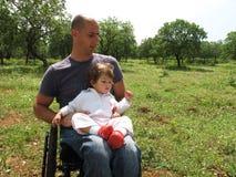 Papa et descendant handicapés images stock