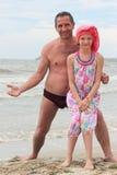 Papa et descendant sur la plage Images stock