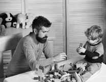 Papa et enfant avec des jouets sur la construction de fond des blocs Image libre de droits