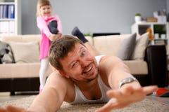 Papa et enfant en bas âge espiègles à la pièce de hause photo stock