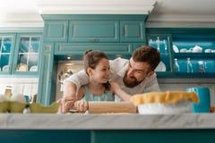 Papa et fille dans la cuisine images stock