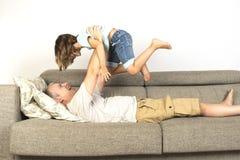 Papa et fille jouant à la maison image stock