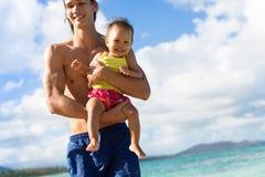 Papa et fille jouant à la plage un jour ensoleillé photos stock