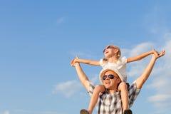 Papa et fille jouant près d'une maison Photos libres de droits