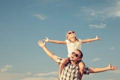 Papa et fille jouant près d'une maison Photo stock