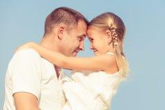 Papa et fille jouant près d'une maison au temps de jour photos libres de droits