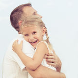 Papa et fille jouant près d'une maison au temps de jour Photo libre de droits