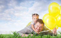 Papa et fille sur l'herbe Photo stock