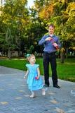 Papa et fille sur la promenade photo stock