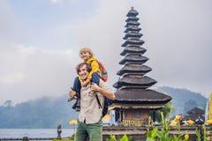 Papa et fils à l'arrière-plan de Pura Ulun Danu Bratan, Bali Salut photos stock
