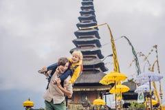 Papa et fils à l'arrière-plan de Pura Ulun Danu Bratan, Bali Salut photos libres de droits