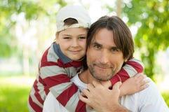 Papa et fils au stationnement en été photo stock