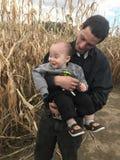 Papa et fils dans le labyrinthe de maïs photos libres de droits