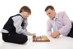 Papa et fils jouant aux échecs image libre de droits