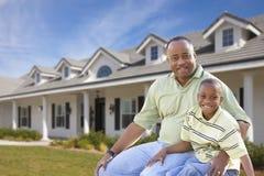 Papa et fils simples devant la maison Photo stock