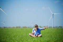 Papa et fils sur le champ avec des générateurs de vent photo libre de droits