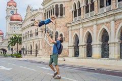 Papa et fils sur le fond de Sultan Abdul Samad Building en Kuala Lumpur, Malaisie Déplacement avec le concept d'enfants photo stock