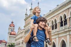 Papa et fils sur le fond de Sultan Abdul Samad Building en Kuala Lumpur, Malaisie Déplacement avec le concept d'enfants photos libres de droits