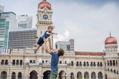 Papa et fils sur le fond de Sultan Abdul Samad Building en Kuala Lumpur, Malaisie Déplacement avec le concept d'enfants photographie stock
