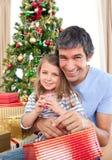 Papa et petite fille au temps de Noël Photos stock