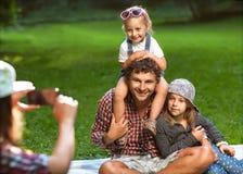 Papa et ses 3 filles Photos libres de droits