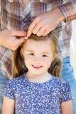 Papa faisant des cheveux du ` s de fille image stock