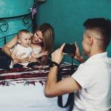 Papa faisant le portrait de la maman et de la fille Photo libre de droits