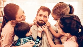 Papa fatigué avec la famille mignonne heureuse ennuyant photographie stock