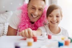 Papa fier observateur regardant son passe-temps de childs Photo stock