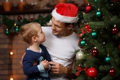 Papa, fils à l'arbre de Noël Photo libre de droits
