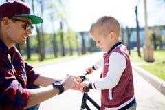 Papa, fils sur le tour de vélo Image libre de droits