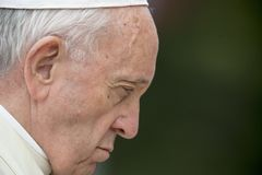 Papa Francis assiste ad una cerimonia distenditura fotografia stock