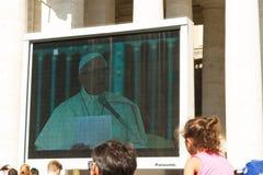 Papa Francis che dà pubblico papale sul grande schermo Fotografie Stock