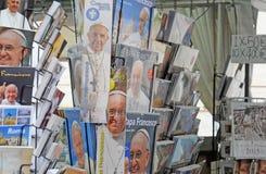 Papa Francisco en productos merchanidsing Foto de archivo libre de regalías